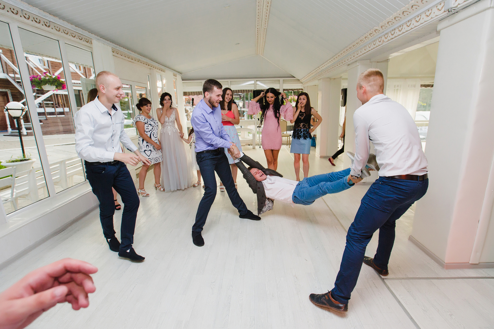 веселый свадебный банкет